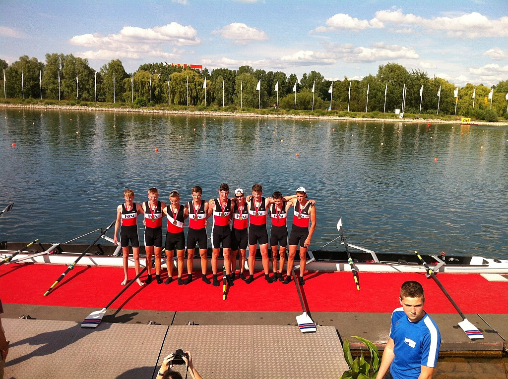 Vvon links nach rechts: Steuermann Patrick Möbs (HRCH), Simon Weber (LCW), Nico Weber (GRG),Paul Zell (LCW), Jannik Burg (FRCF), Felix Wüst (LCW), Tom Hinrichs (LCW), Moritz Nuhn (LCW) und Johannes Brück (GRG).