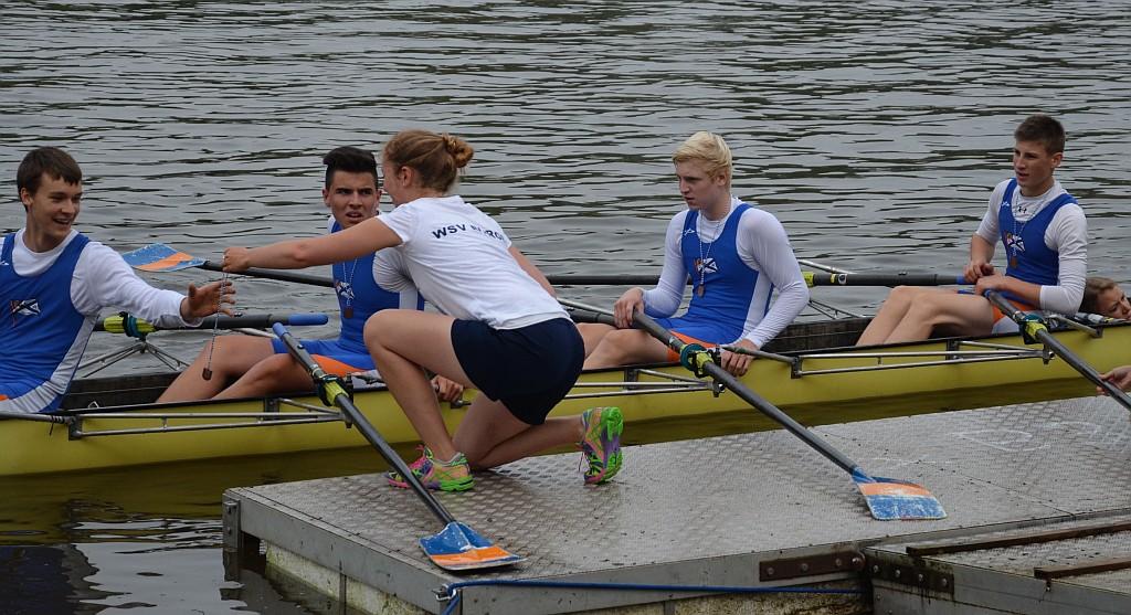 Der siegreiche Junior-B-Doppelvierer am Siegersteg (von links): Robin Weiße, Yannik Klein, Leonard Kosmol, Fabio Schneider und Steuerfrau Anna-Lisa Thorn