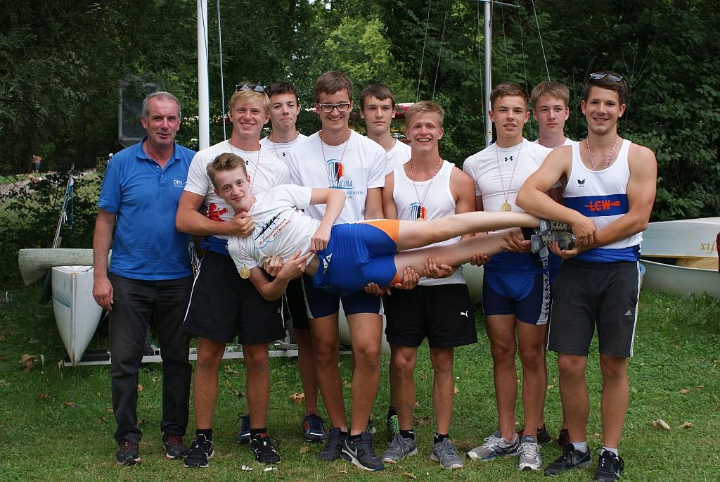 Der Achter bei der Siegerehrung zusammen mit ihrem Trainer Dietmar Langusch