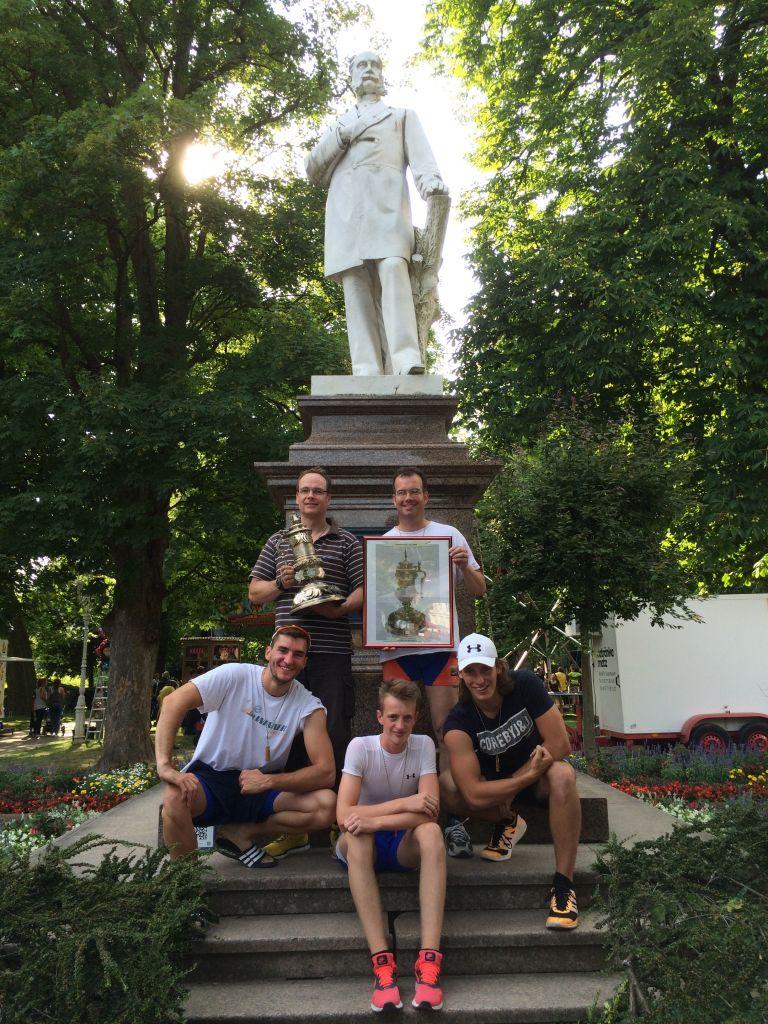 Die Gewinner des Kaiserpokals:  Manfred Wüst, Holger Will (oben v. links nach rechts) Matthias Glaser, Luca Muth, Philipp Richard (unten v. links nach rechts) vor dem Kaiserdenkmal von Wilhelm dem I. mit dem Kaiserpokal
