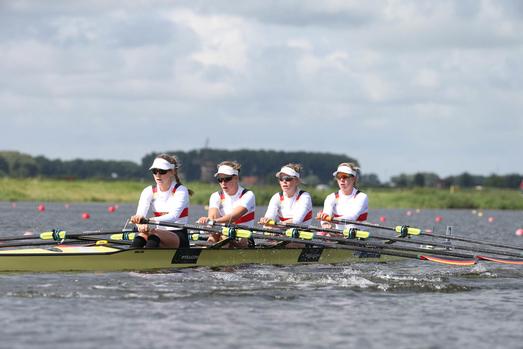 Der leichte U23-Frauendoppelvierer in ihrem Boot. Sophia Krause befindet sich von rechts aus gesehen an erster Position (Quelle: Rudern.de)