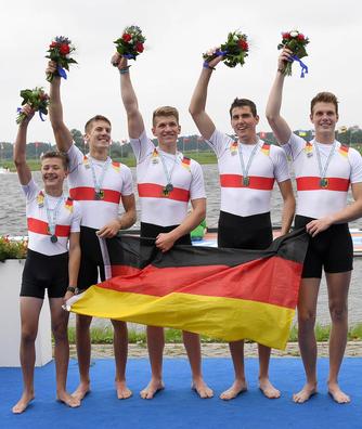 Der jubelnde Juniorenvierer mit Steuermann. Tom Hinrichs steht von links aus gesehen an dritter Position (Quelle: Rudern.de)